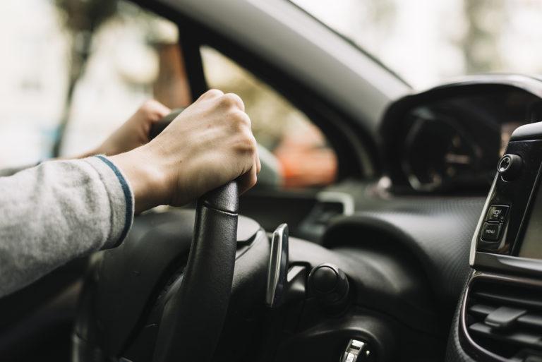 El Consejo de Ministros endurece las sanciones: seis puntos por conducir con el móvil y a 30 km/h por ciudad